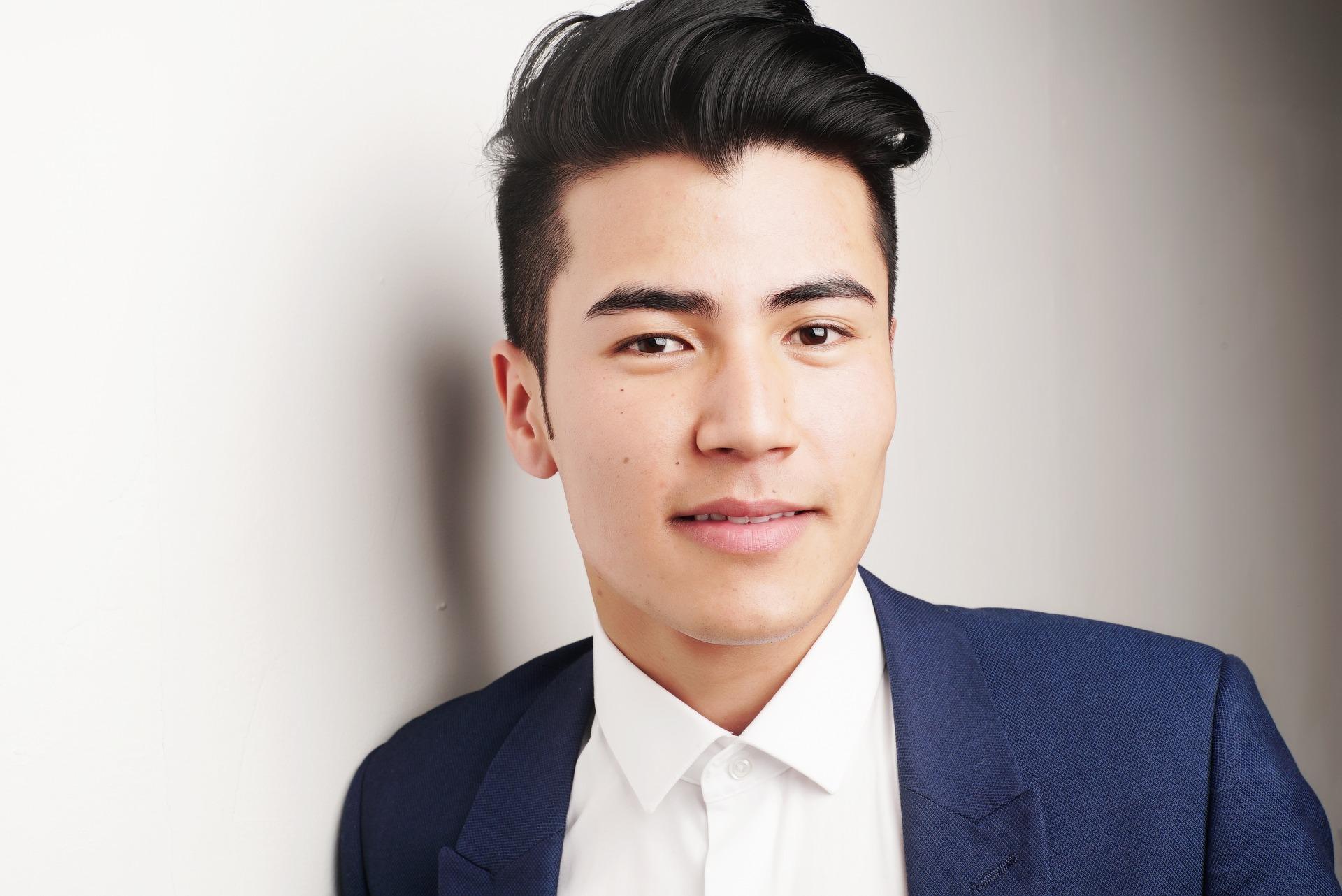 hombre asiático con pelo sano