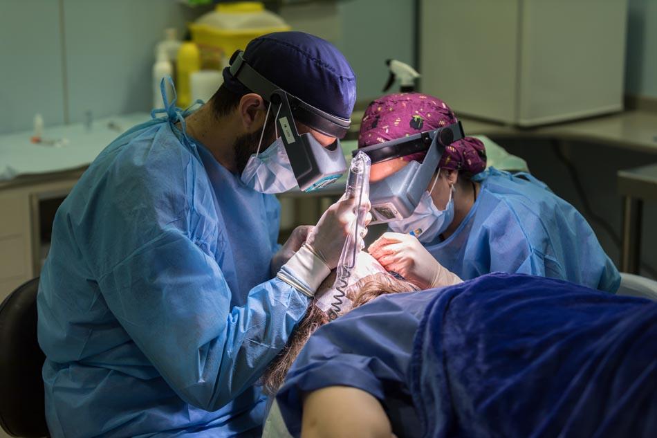Doctores realizando un injerto capilar