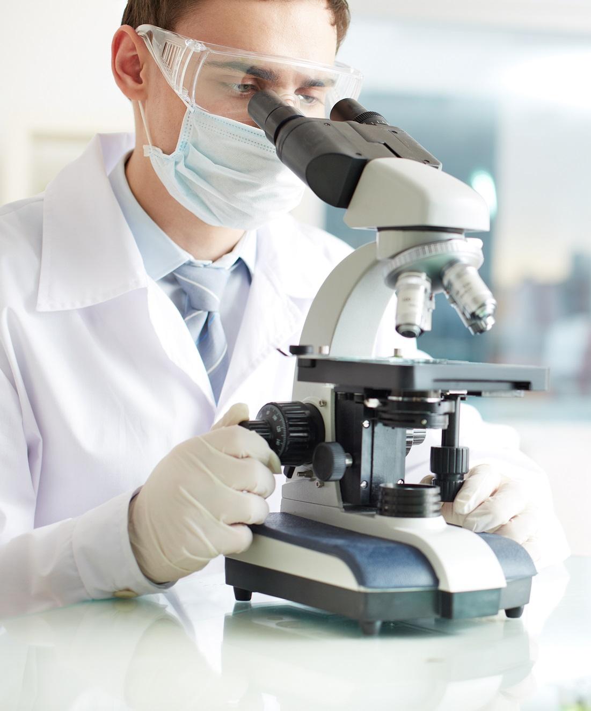 Hombre usando un microscopio