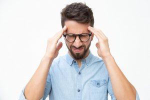 Hombre preocupado por caída de cabello